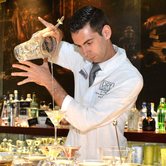 El Barman Jesús Abia en Dry Martini By Javier de las Muelas at the Gran Meliá Fénix Madrid