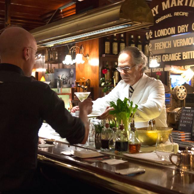 El barman y sus clientes